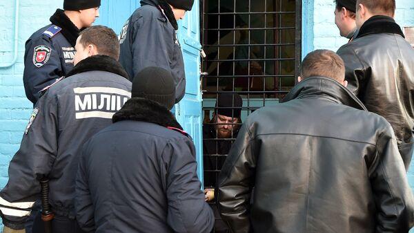 Полиция у входа в церковь в селе Птыча Ровенской области, Украина