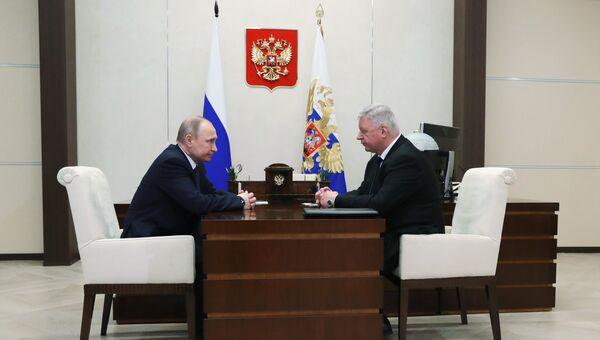 Президент РФ Владимир Путин и председатель Федерации независимых профсоюзов РФ Михаил Шмаков во время встречи. 13 апреля 2018
