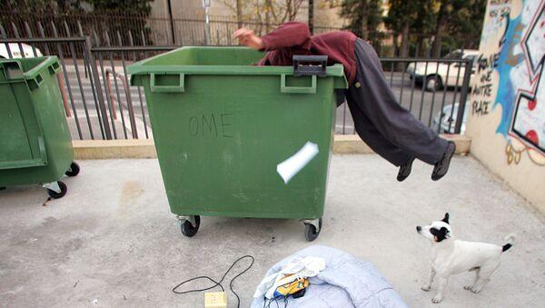 Фриган осматривает мусорный бак