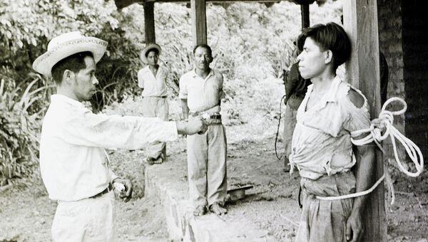 Сторонники Кастильо Армаса охраняют заключенных во время государственного переворота в Гватемале, 1954 год