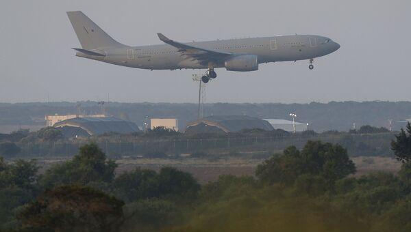 Самолет ВВС Великобритании готовится к посадке на британской военной базе на Кипре. 14 апреля 2018