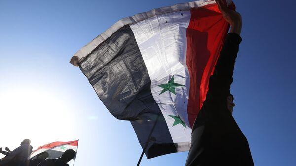 Граждане Сирии с флагом страны