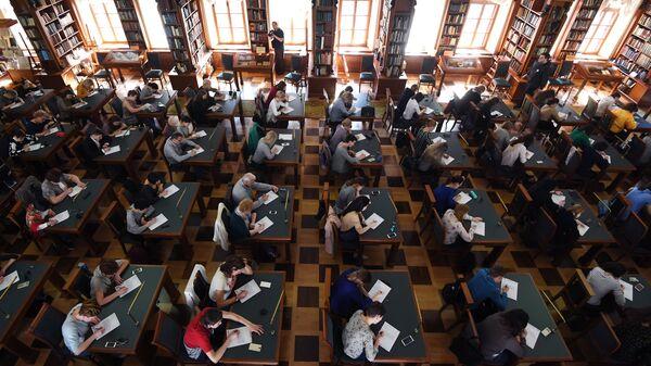 Участники ежегодной образовательной акции по проверке грамотности Тотальный диктант в Российской государственной библиотеке в Москве. Архивное фото