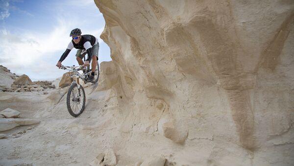 Велосипедист в пустыне Негев в Израиле