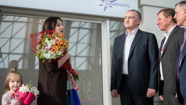 Глава Республики Крым Сергей Аксенов во время встречи первого пассажира нового терминала Крымская волна международного аэропорта Симферополь