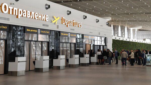 Пассажиры у зоны предполетного досмотра в новом терминале Крымская волна международного аэропорта Симферополь