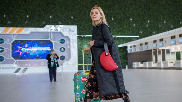 Пассажиры в новом терминале Крымская волна международного аэропорта Симферополь