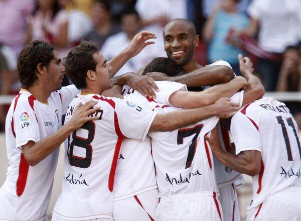 Форвард Севильи Фредерик Кануте (в центре) вместе с партнерами празднует гол в ворота Атлетика (Бильбао) в матче чемпионата Испании
