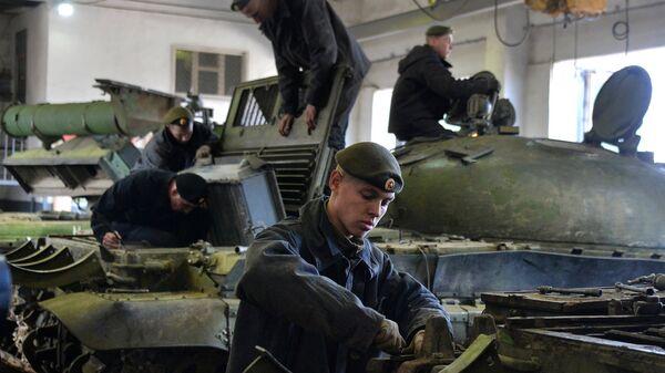 Военнослужащие проводят технический осмотр танков