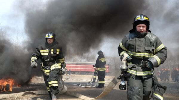 Пожарные расчеты во время учений подразделений МЧС РФ
