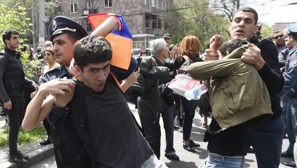 Беспорядки во время акции протеста против выдвижения бывшего президента Армении Сержа Саргсяна на пост премьер-министра в Ереване. 19 апреля 2018
