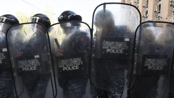 Сотрудники полиции во время акции протеста в Ереване. 19 апреля 2018
