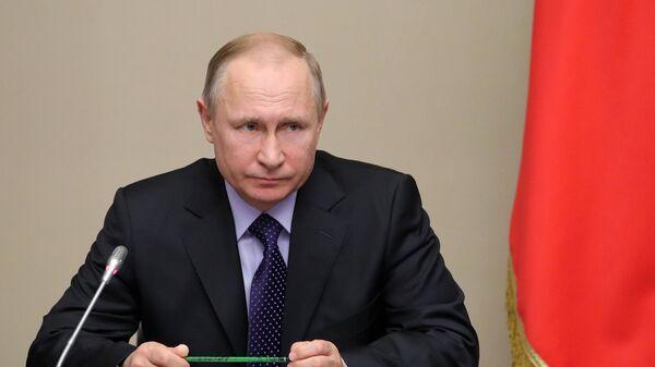 Путин подписал законы о борьбе с фейками и оскорблением государства
