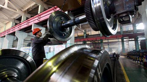 Рабочий в сборочном цехе локомотиворемонтного завода