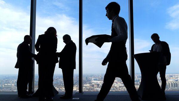 Посетители на самой высокой смотровой площадке в Европе, которая находится на 89 этаже Башни Федерация-Восток делового комплекса Москва-Сити