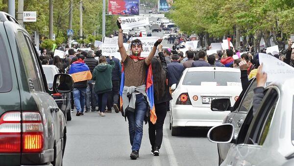 Участник акции протеста против избрания премьер-министром Армении бывшего президента Сержа Саргсяна в Ереване. 20 апреля 2018