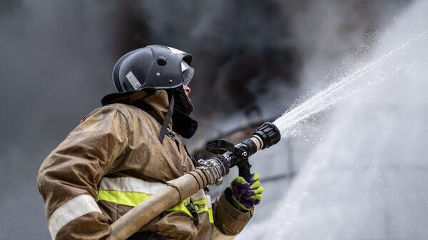 Сотрудник МЧС РФ во время ликвидации пожара