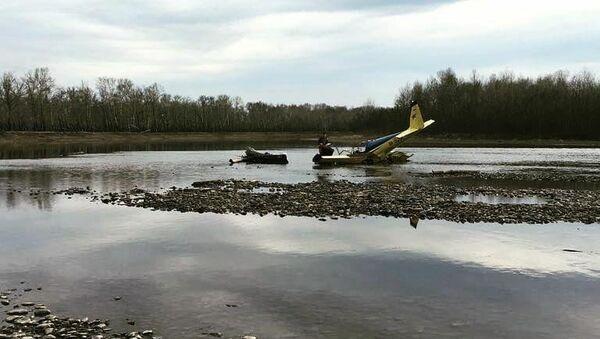 На месте крушения легкомоторного самолета вблизи поселка Кайбалы в Хакасии. 21 апреля 2018