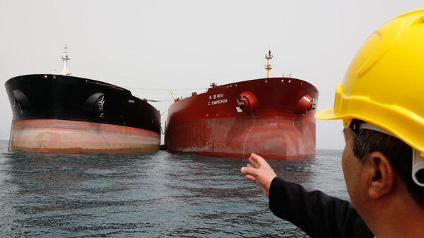 Нефтяные танкеры у нефтедобывающей платформы в районе иранского острова Харк в Персидском заливе. Архивное фото