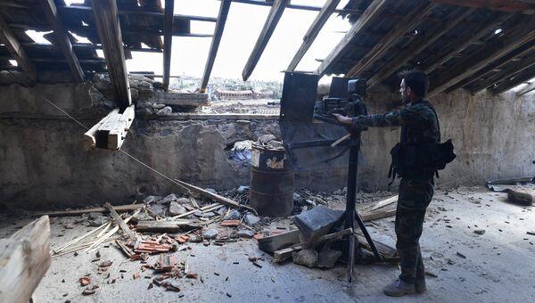 Солдат в районе лагеря беженцев Ярмук на юге Дамаска. Архивное фото