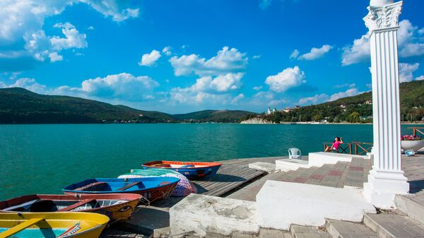 Лодки на берегу озера Абрау в Краснодарском крае