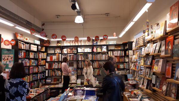 Книжный магазин в день Сан-Жорди в Барселоне