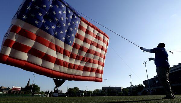 Воздушный шар, стилизованный под флаг США . Архивное фото