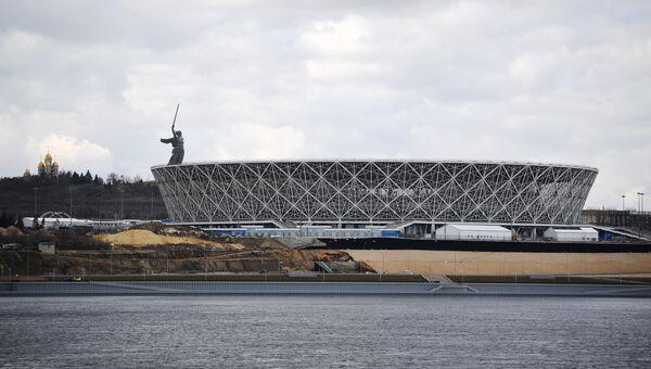 Скульптура Родина-мать зовет! и стадион Волгоград Арена