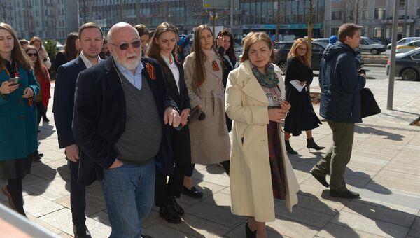 Писатель и историк, публицист МИА Россия сегодня Петр Романов проводит авторскую экскурсию для гостей выставки