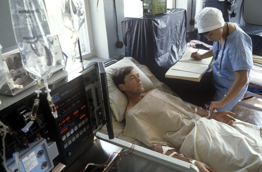 Осмотр пациента в одной из палат больницы, в которую доставлялись пострадавшие в результате аварии на Чернобыльской АЭС. 1986 год