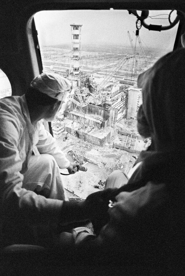 Дозиметристы с вертолетов составляют карту радиационной обстановки Чернобыльской АЭС. 1986 год