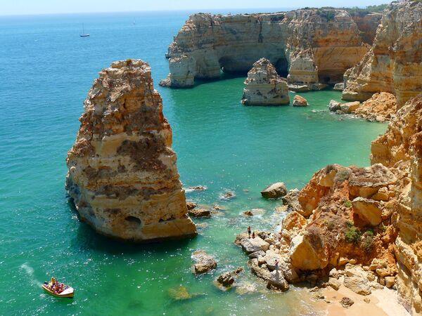 Пляж на побережье Алгарви, Португалия