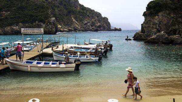 Туристы на пляже Адриатического моря в деревне Палеокастрица на греческом острове Корфу. Архивное фото