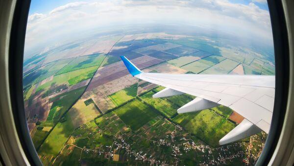 Вид через иллюминатор самолета