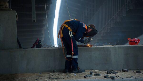 Рабочий на строительстве автомобильных подходов к мосту через Керченский пролив со стороны Тамани
