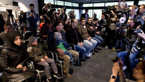 Свидетели инсценировки химатаки в Думе на пресс-конференции по вопросу применения химического оружия в Сирии в Гааге. 26 апреля 2018