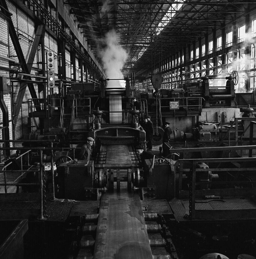 В цехе холодного проката Новолипецкого металлургического комбината (НЛМК). 1960 год