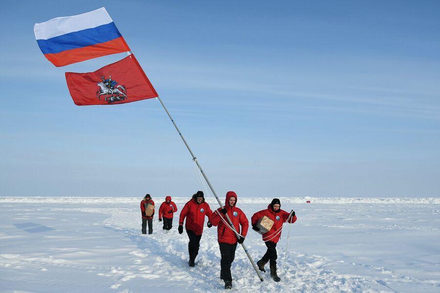 Участники 10-й Большой арктической экспедиции под руководством полярника Матвея Шпаро на Северном полюсе