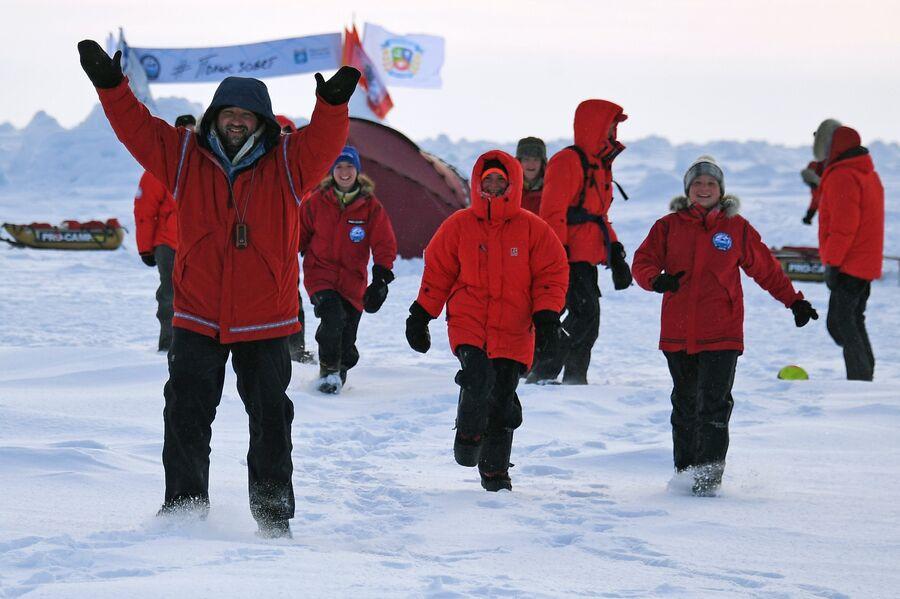 Полярник Матвей Шпаро (слева) и участники 10-й Большой арктической экспедиции под его руководством на Северном полюсе
