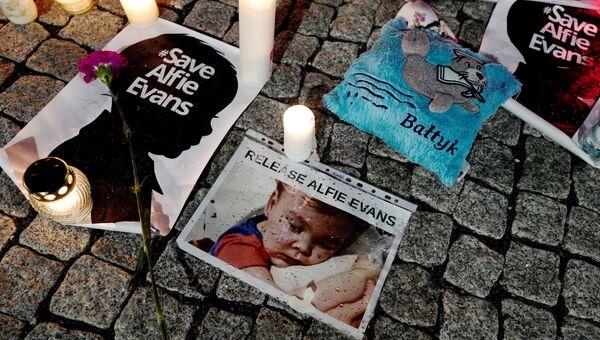 Портреты и свечи во время акции в поддержку Элфи Эванса возле посольства Великобритании в Варшаве, Польша. 26 апреля 2018