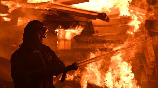 Сотрудник МЧС во время тушения пожара