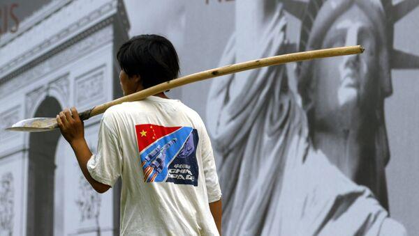 Китайский рабочий в центре Пекина, КНР. Архивное фото