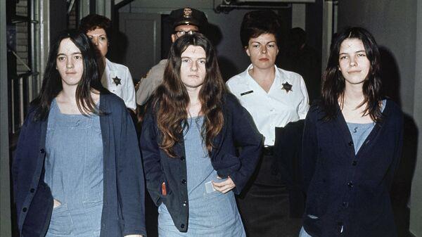 Сьюзан Аткинс, Патриция Кренвинкель и Лесли Ван Хоутен вместе с Чарльзом Мэнсоном, обвиняемые в убийстве Шэрон Тейт