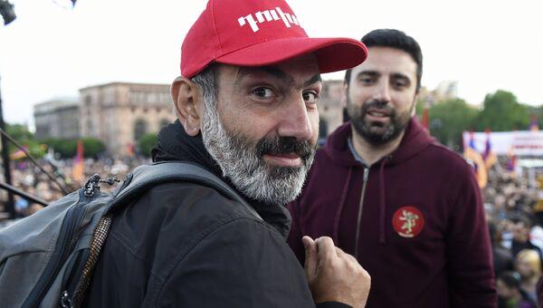 Лидер оппозиционного движения Мой шаг Никол Пашинян во время митинга на площади Республики в Ереване. 29 апреля 2018