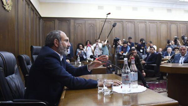 Кандидат в премьер-министры, лидер партии Елк Никол Пашинян на встрече с представителями фракции Республиканской партии Армении. 30 апреля 2018