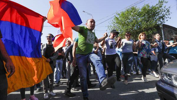 Сторонники армянской оппозиции блокируют дорогу в аэропорт время протестов в Ереване. 2 мая 2018