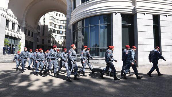 Армянские полицейские у правительственного здания в Ереване. Архивное фото