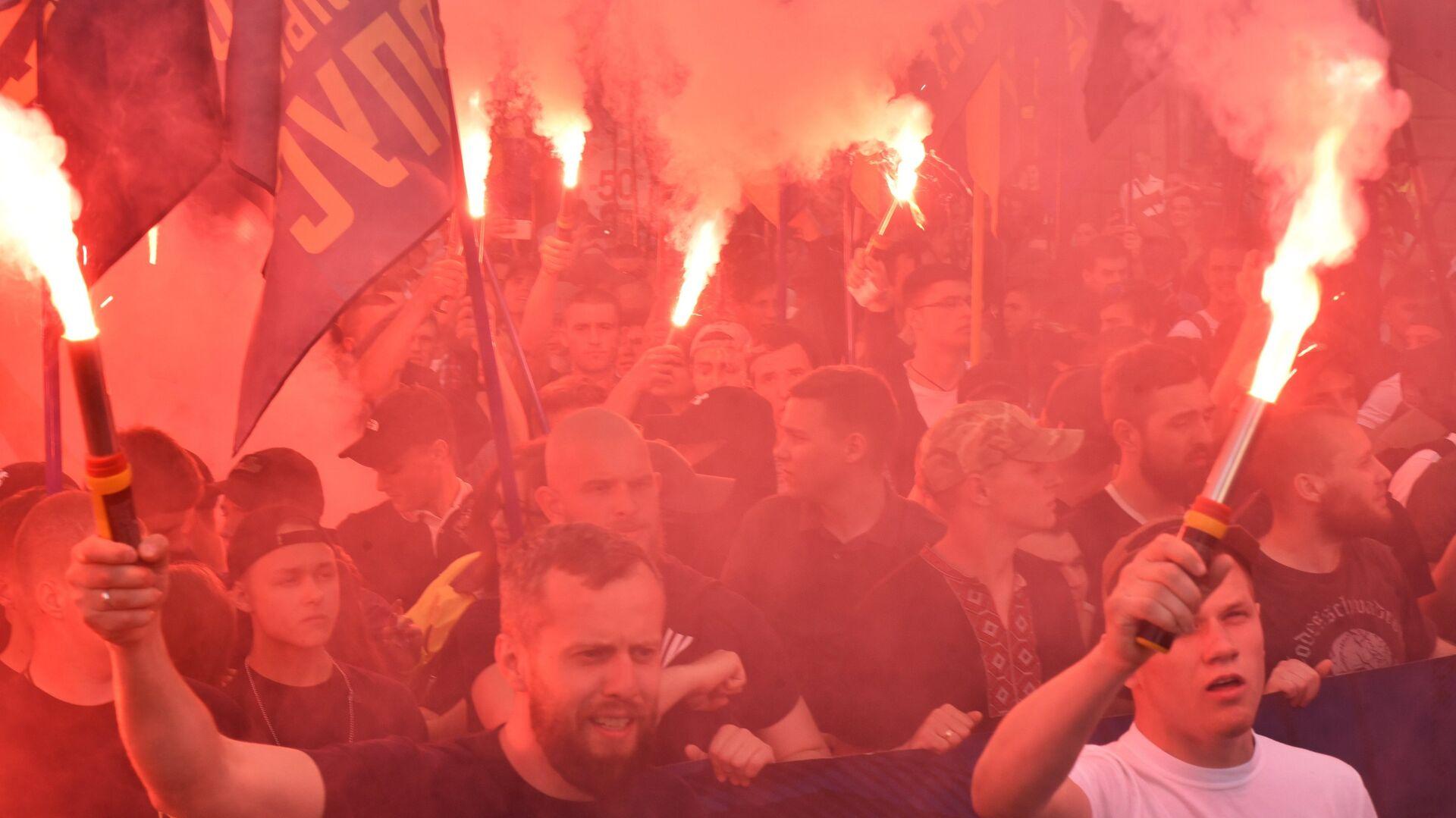 Участники факельного шествия националистов, приуроченного к четвёртой годовщине событий 2 мая 2014 года в Доме профсоюзов в Одессе. 2 мая 2018 - РИА Новости, 1920, 22.07.2021