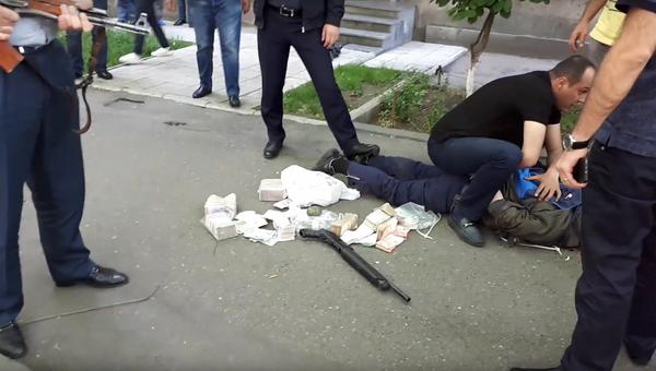 Задержание нападавшего на филиал банка в Ереване, Армения. 3 мая 2018