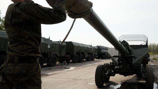 Военнослужащий у орудия Гиацинт во время подготовки боевой техники к участию в военном параде